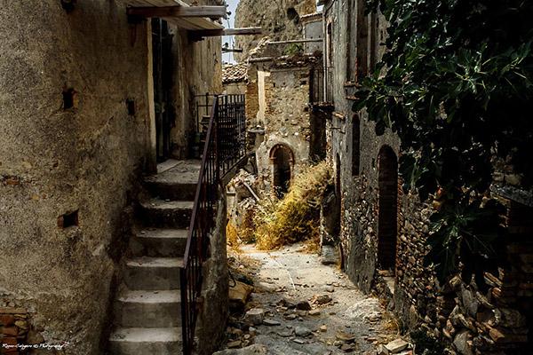 I 10 paesi fantasma pi suggestivi d italia 9 pentedattilo for Disegni di case abbandonate