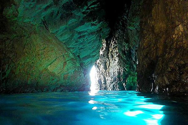 10 stupende grotte sul mare in italia 2 grotta della poesia for Quanto costa un uomo in grotta